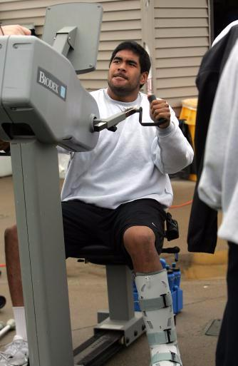 Injured tight end Tony Moeaki works out on the sideline during Iowa's spring practice Saturday, April 18, 2009 in Iowa City, Iowa. Saturday's practice was the last of spring football. (Brian Ray/The Gazette)