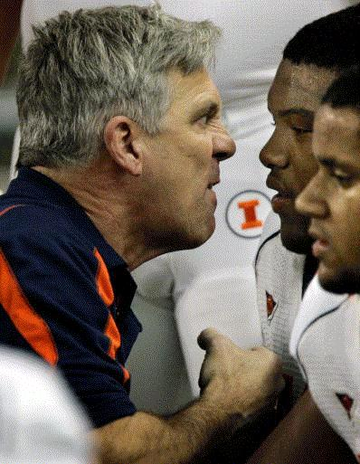 Illinois head football coach Ron Zook, left, talks with linemen Jeff Allen, rear, and Jon Asamoah during the first quarter of the Fighting Illini's loss to Western Michigan at Ford Field in Detroit, Saturday, Nov. 8, 2008. The loss knocked Illinois out of bowl eligibility. (AP photo)